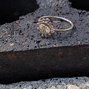 silver_bobble_twinkle_ring_concrete